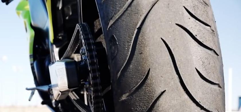 Дрифт битва: мотоциклы против машин